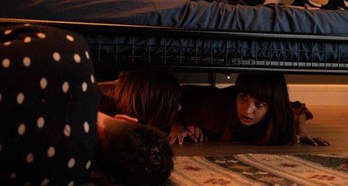 all my friends are dead recensione - scena sotto al letto